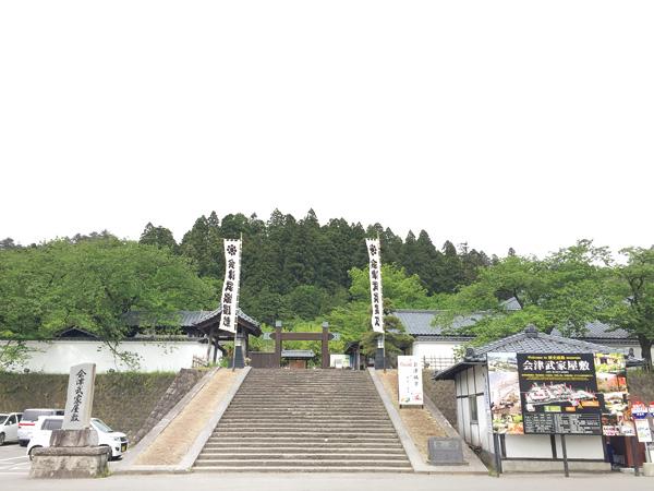 入口正面の冠木門