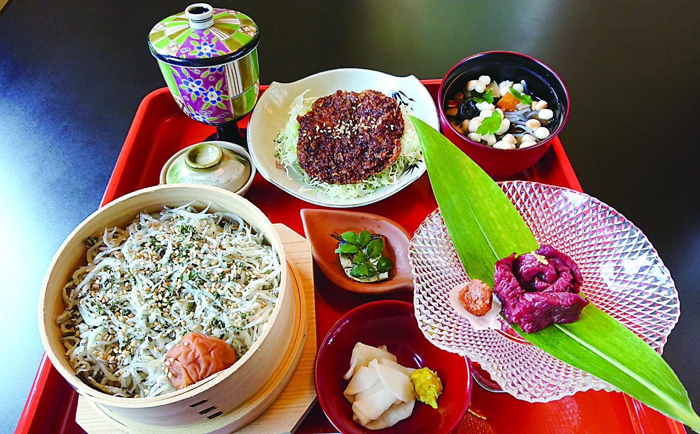 ばんだい膳 国産ひれ桜刺、にしん山椒漬け、わっぱ飯(小)、こづゆ 小鉢、福島牛100%メンチカツ、サラダ、お新香
